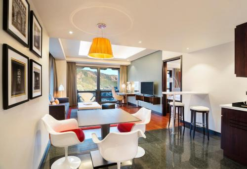 The lounge or bar area at Le Meridien Thimphu