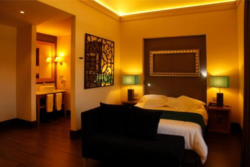 A bed or beds in a room at Hotel Spa Martín el Humano