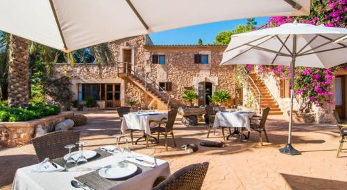 Un restaurante o sitio para comer en Finca Es Torrent