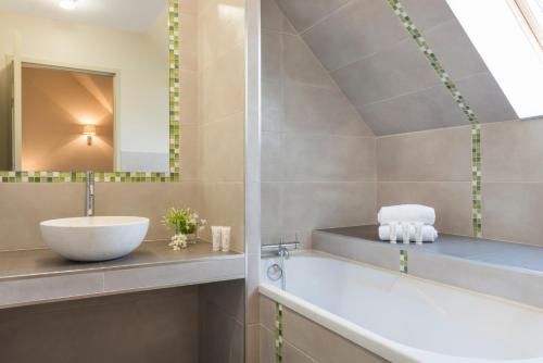 A bathroom at Hôtel Aux Vieux Remparts, The Originals Relais (Relais du Silence)