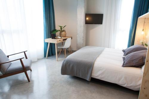 A bed or beds in a room at Talo Urban Rooms