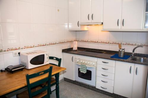 A kitchen or kitchenette at Hospedaxe Carragal