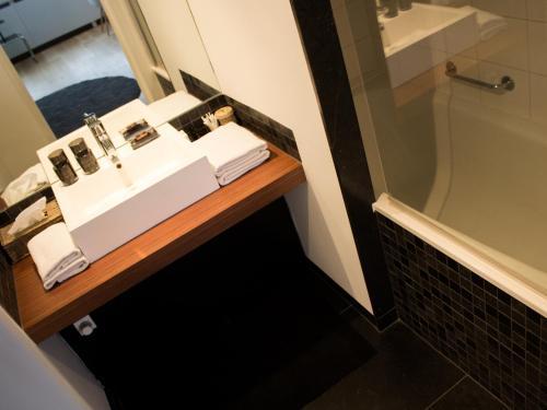 A bathroom at Galerie Hotel Dis
