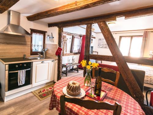 Een keuken of kitchenette bij Gîtes de la Maison Vigneronne, au Coeur de Ribeauvillé