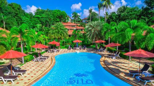Ein Blick auf den Pool von der Unterkunft Sita Beach Resort oder aus der Nähe