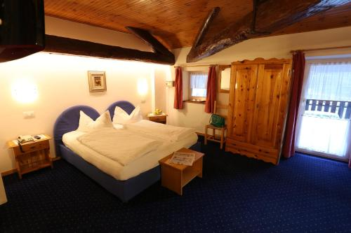 A bed or beds in a room at Albergo Due Spade