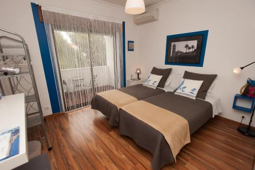 A bed or beds in a room at Dolce Cascais Guest House