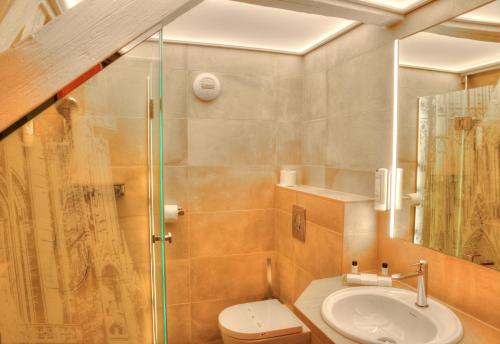 A bathroom at Hotel Cathédrale