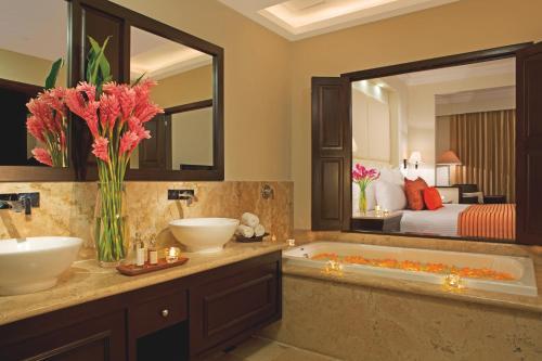 A bathroom at Dreams Tulum Resort & Spa