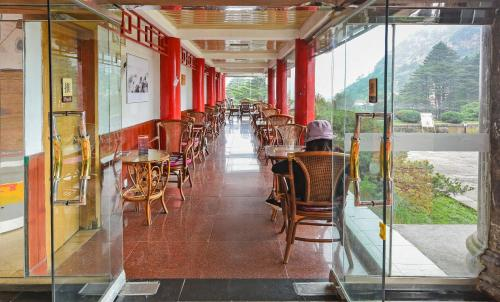 A restaurant or other place to eat at Huangshan Beihai Hotel