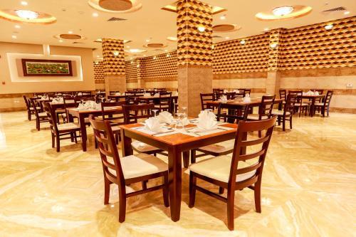 Um restaurante ou outro lugar para comer em Hala Inn Arar Hotel