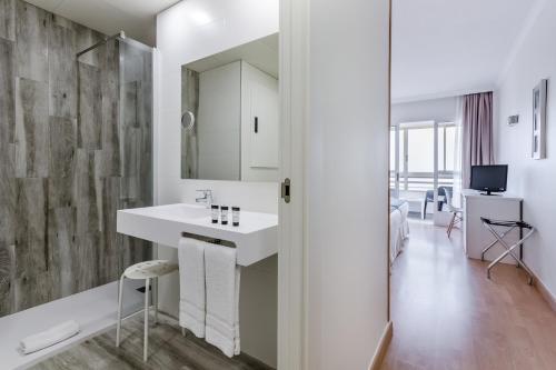 A bathroom at Hotel Maya Alicante