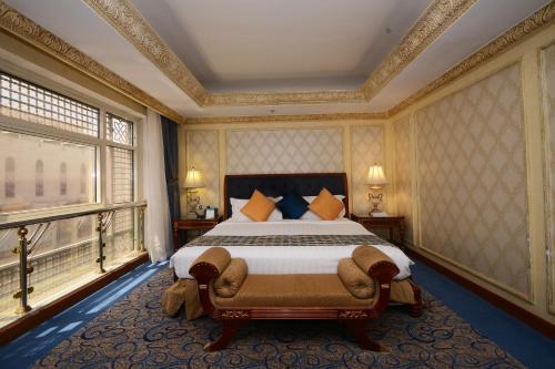 Cama ou camas em um quarto em Al Rawda Royal Inn
