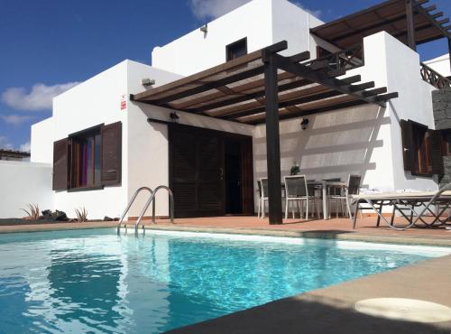 The swimming pool at or near Villas El Partidor