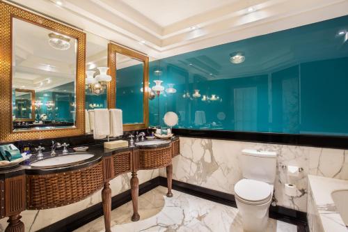 A bathroom at The Oberoi Amarvilas Agra