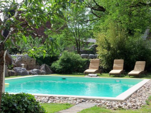 The swimming pool at or near Chambres et Jardin de Pierres