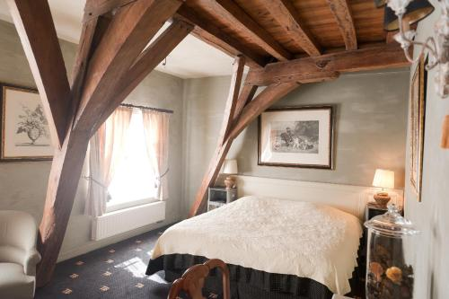 A bed or beds in a room at Hotel Ter Brughe