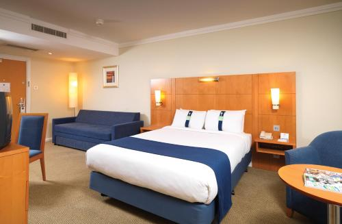 A bed or beds in a room at Holiday Inn London - Heathrow M4,Jct.4, an IHG Hotel