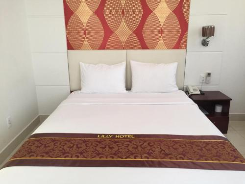 A bed or beds in a room at Lilly Hotel