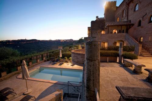 The swimming pool at or close to Castello Di Monterone