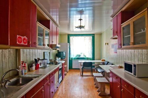Кухня или мини-кухня в Хостел Лайк