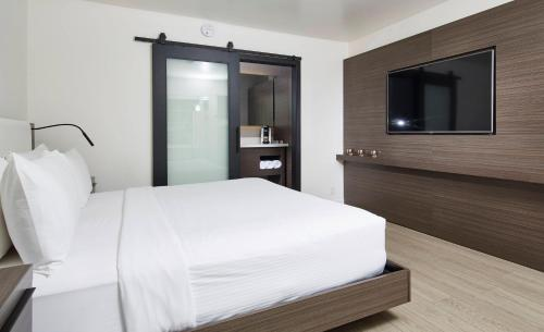 A bed or beds in a room at The Nest Hotel Palo Alto
