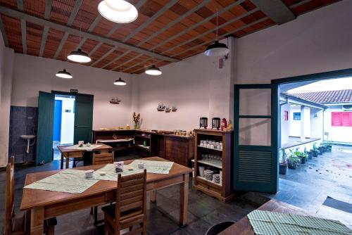 Um restaurante ou outro lugar para comer em Pousada Tamoios