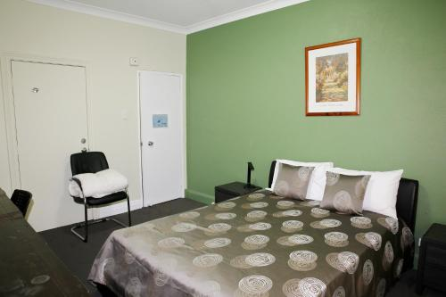 A bed or beds in a room at Hampton Court Apartments
