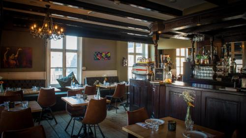 A restaurant or other place to eat at Hanze Hotel Zwolle