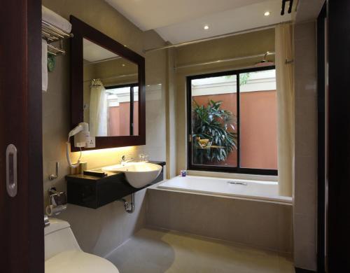 A bathroom at Best Western Kuta Villa