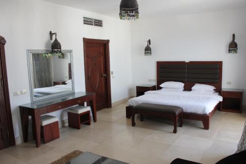 سرير أو أسرّة في غرفة في كارلتون فيلا