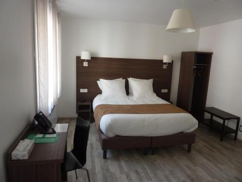 A bed or beds in a room at Hotel de la Cathedrale