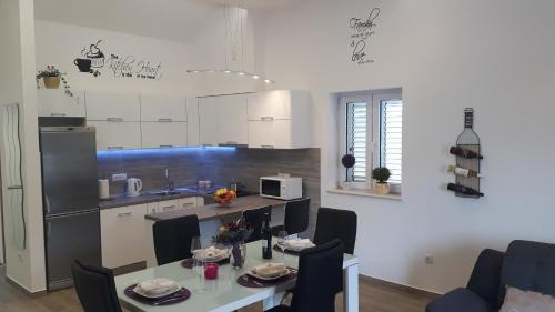 A kitchen or kitchenette at Apartments Toni