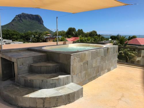 Der Swimmingpool an oder in der Nähe von Luxe Exotica Apartment