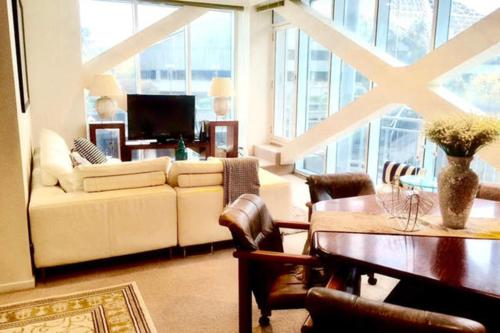 The lounge or bar area at Luxuries CBD Apartment with Views