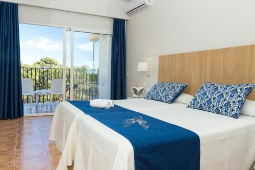 Кровать или кровати в номере AluaSun Marbella Park