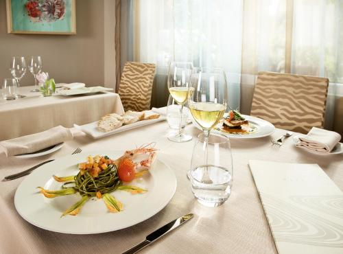 A restaurant or other place to eat at Phi Hotel Alcione