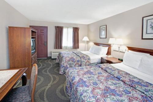 A bed or beds in a room at Motel 6-Alsip, IL