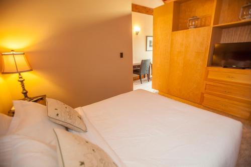 Кровать или кровати в номере Timberland Inn