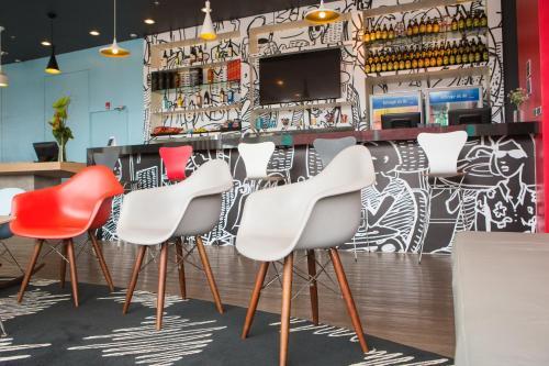 The lounge or bar area at ibis Rio Porto Atlantico