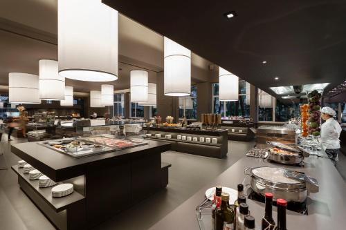 A restaurant or other place to eat at Du Lac Et Du Parc Grand Resort