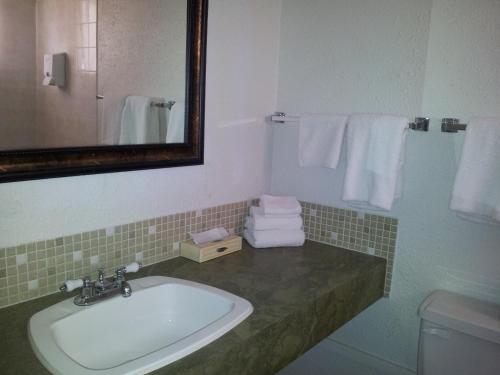 A bathroom at Carravalla Inn