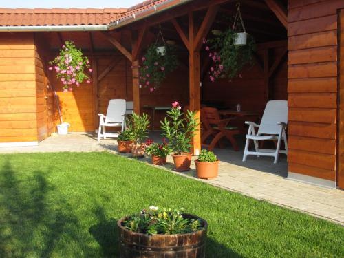 A garden outside Levendula Vendégház