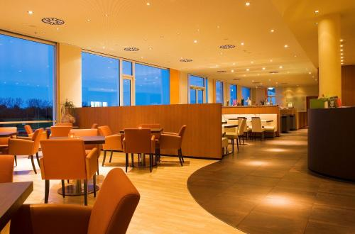 A restaurant or other place to eat at Atlantic Hotel Galopprennbahn