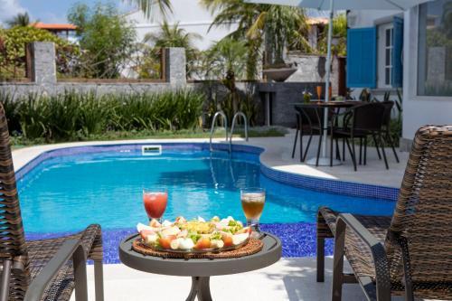 A piscina localizada em Camboinhas Pousada Casa das Janelas Azuis ou nos arredores