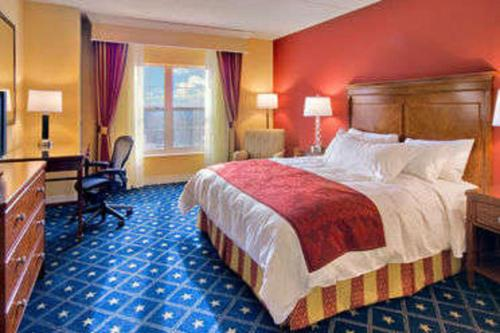 A bed or beds in a room at Wyndham Gettysburg