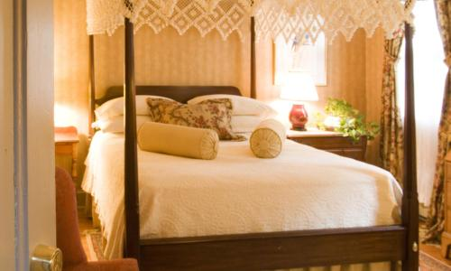 A bed or beds in a room at Stockbridge Country Inn