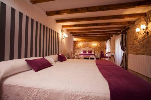 A bed or beds in a room at Hotel Rural La Torre de Bisjueces