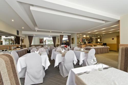 Reštaurácia alebo iné gastronomické zariadenie v ubytovaní AirInn Vilnius Hotel