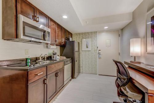A kitchen or kitchenette at Homewood Suites by Hilton Indianapolis Carmel